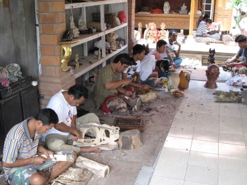 Holzschnitzer auf Bali